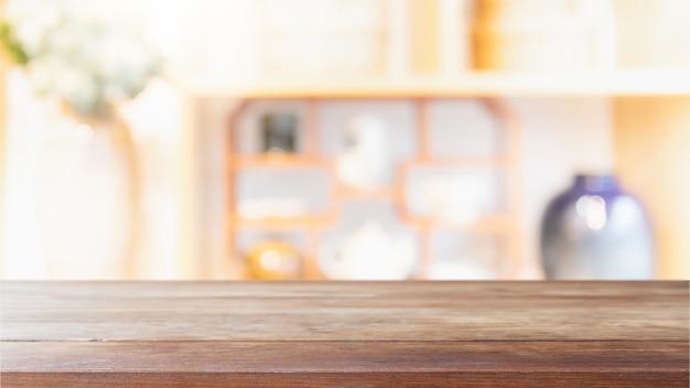 Tampo da mesa de madeira vazio e fundo borrado do interior do restaurante.