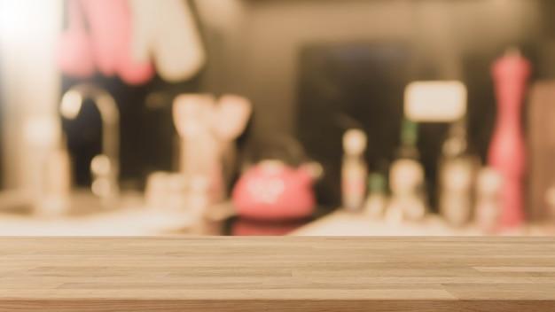 Tampo da mesa de madeira vazio e fundo interior borrado da cozinha com filtro do vintage.