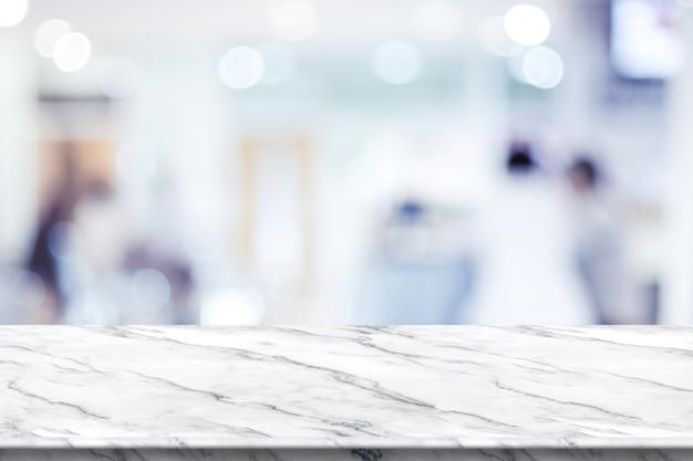 Tampo da mesa de mármore branco vazio com borrão paciente esperando médico no hospital com bokeh luz no fundo