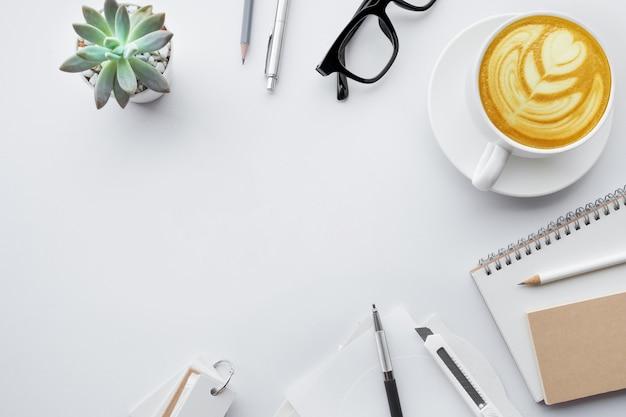 Tampo da mesa de negócios com simulação de material de escritório em fundo branco. projeto liso leigo.