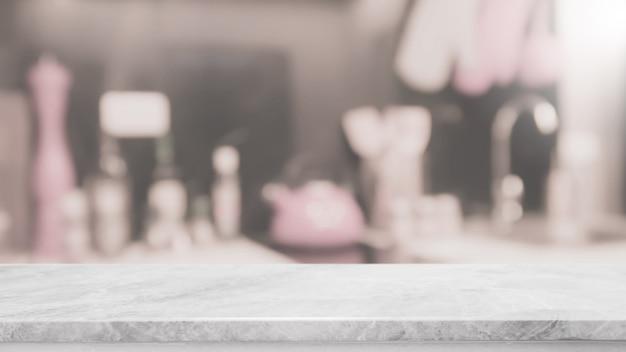 Tampo da mesa de pedra branco vazio e fundo borrado do interior da cozinha.