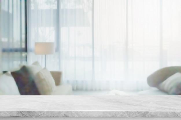 Tampo da mesa de pedra de mármore branco vazio e interior de casa turva com fundo da janela de cortina.