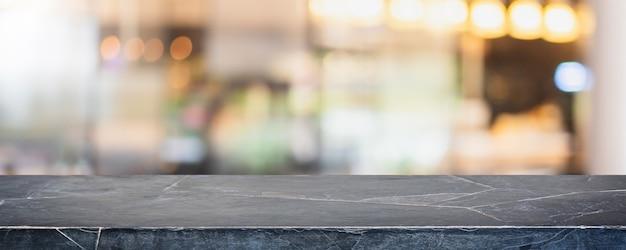 Tampo da mesa de pedra de mármore preto vazio e centro comercial com janela de vidro borrado