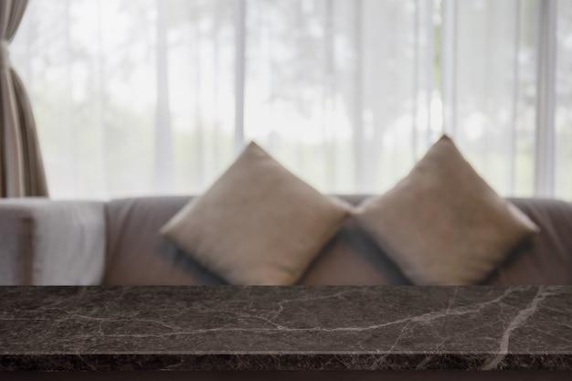 Tampo da mesa de pedra de mármore preto vazio e interior desfocado da casa com janela