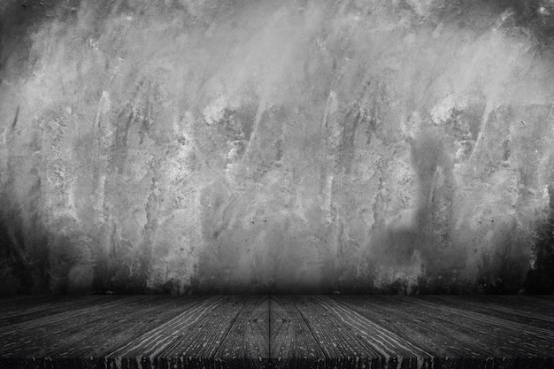 Tampo da mesa de prancha de madeira preta vazia com muro de concreto de grunge
