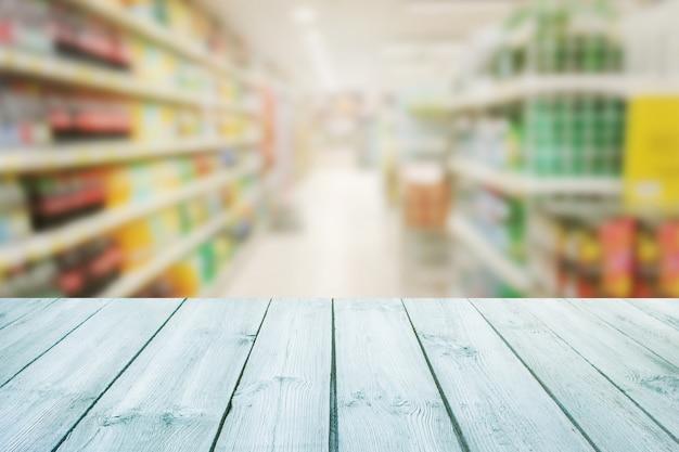 Tampo da mesa vazio de madeira na turva do supermercado de fundo de contador.para o produto de montagem