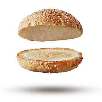 Tampo de hambúrguer torrado sem recheio voando, levitando em branco.