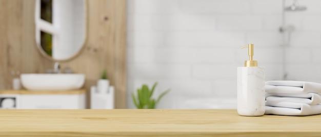 Tampo de mesa de madeira ou tábua de madeira com toalhas de garrafa de shampoo sobre banheiro escandinavo contemporâneo