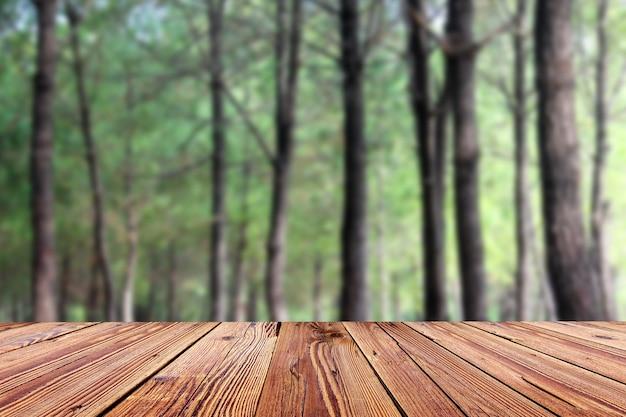 Tampo de mesa de madeira vazio com fundo desfocado
