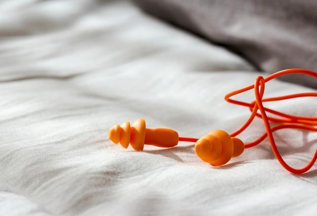 Tampões de ouvidos no quarto