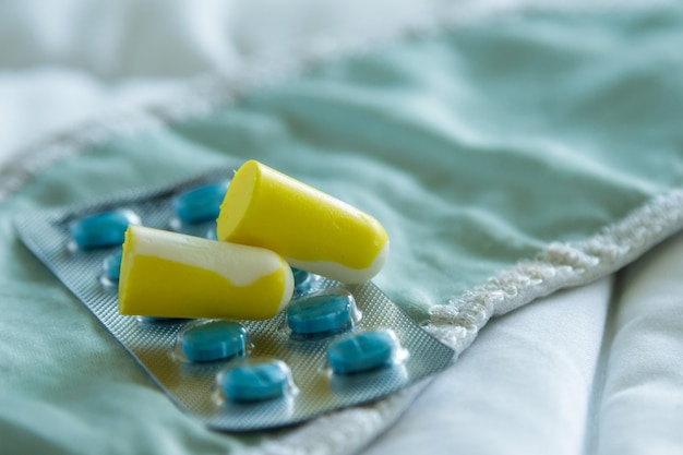 Tampões para os ouvidos, olhos vendados e pílulas para dormir