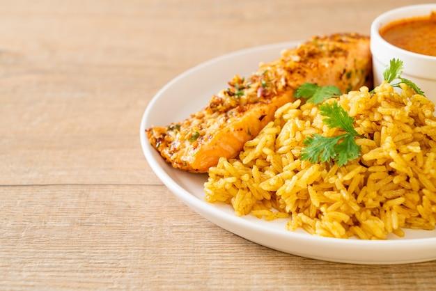 Tandoori de salmão grelhado na frigideira com arroz masala, comida muçulmana