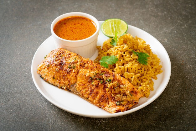 Tandoori de salmão grelhado na frigideira com arroz masala - estilo de comida muçulmana