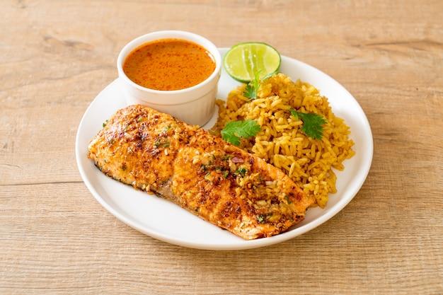 Tandoori de salmão grelhado na frigideira com arroz masala
