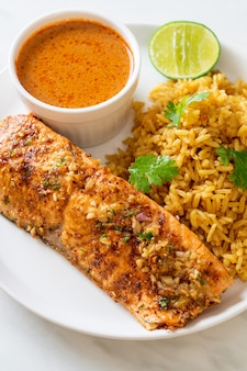 Tandoori de salmão na frigideira com arroz masala - estilo de comida muçulmana