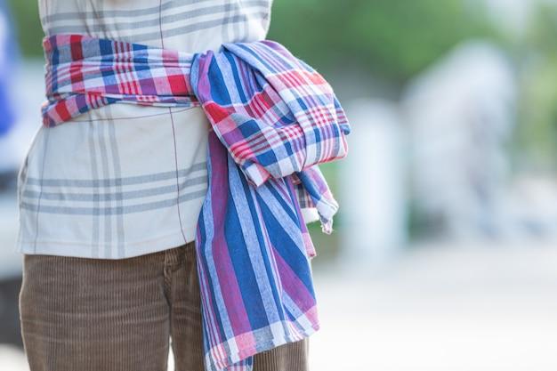 Tanga tradicional tailandesa na cintura da mulher.
