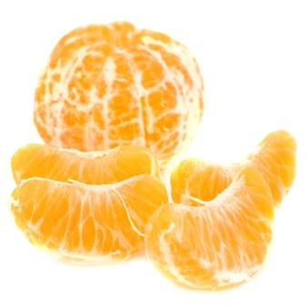 Tangerina descascada e fatias de laranja sem pele isoladas no fundo branco