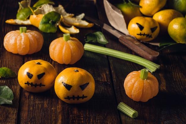 Tangerina halloween com abóboras falsas