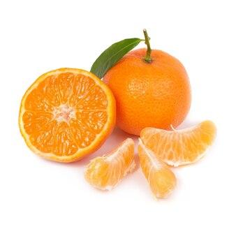 Tangerina laranja com folha verde isolada na parede branca