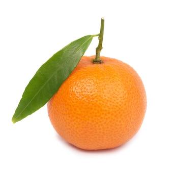 Tangerina laranja com folha verde isolada