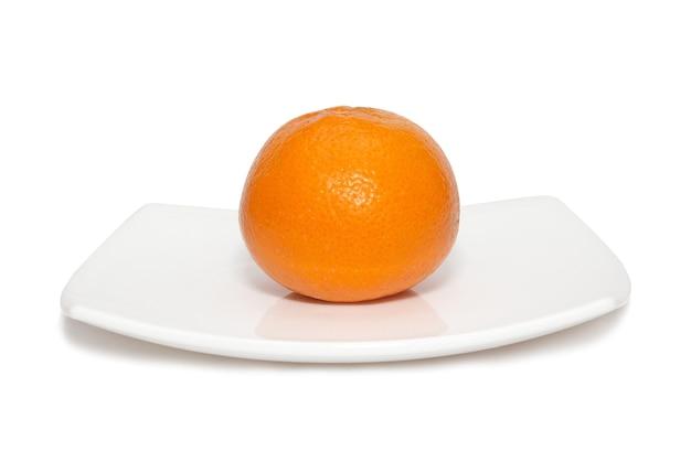 Tangerina laranja com placa isolada no branco.