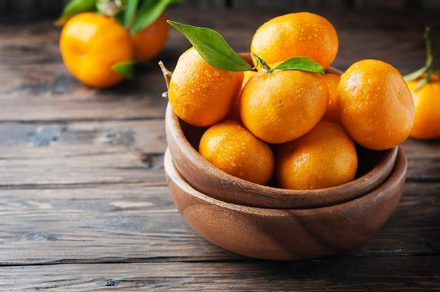 Tangerina laranja doce na mesa de madeira