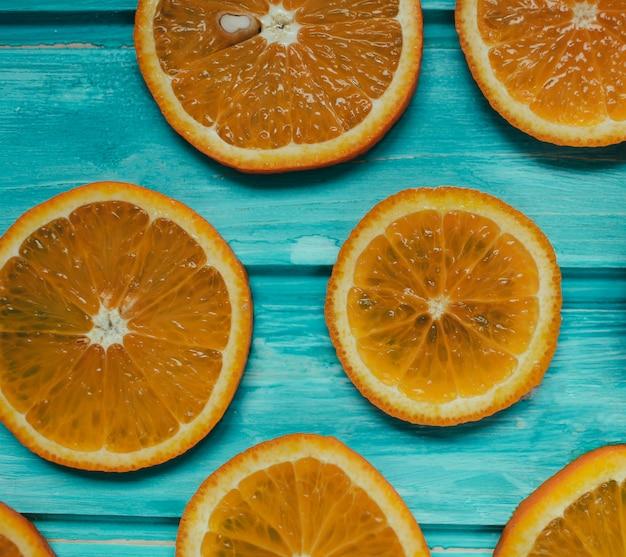 Tangerina laranja fresca em madeira azul