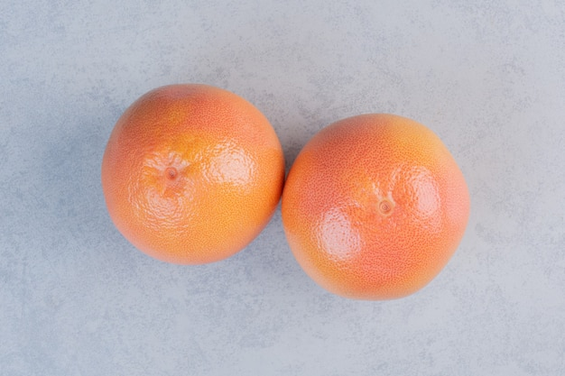 Tangerina ou clementina isolada em fundo cinza.