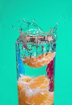 Tangerina pura fria e fresca com sabor de onda de água 3d splash.