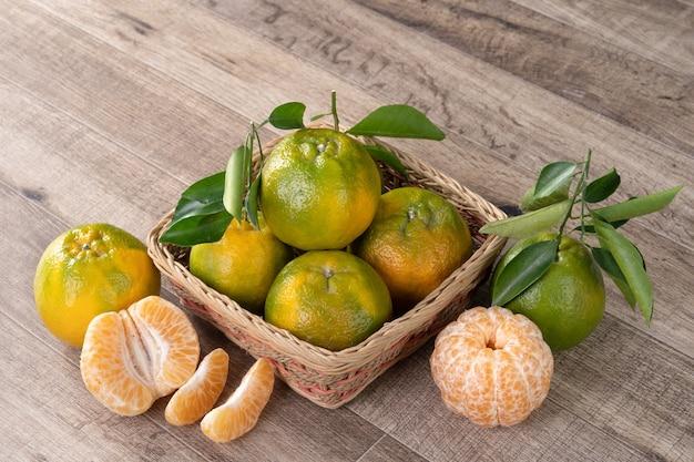 Tangerina tangerina madura fresca em uma caixa com folhas frescas.