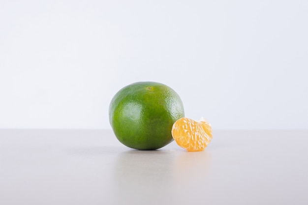 Tangerina verde com pequena tangerina.