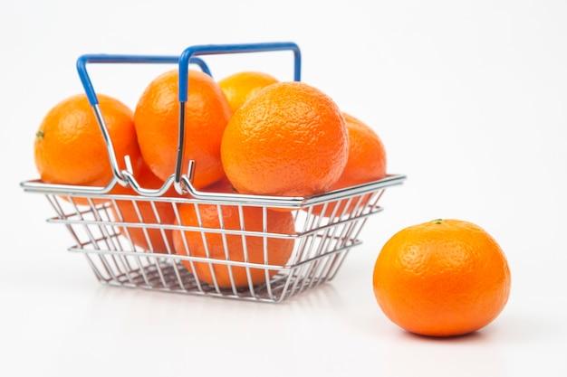Tangerinas de frutas cítricas em uma cesta de supermercado