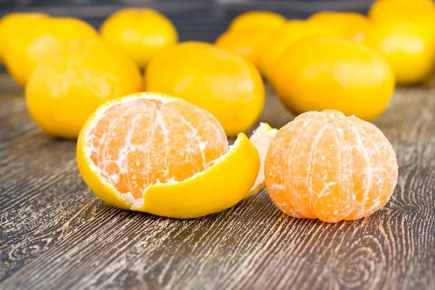 Tangerinas de laranja durante o preparo