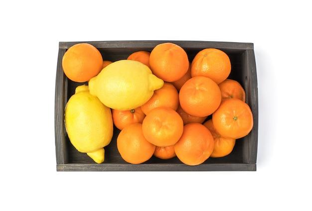 Tangerinas e limões em uma caixa