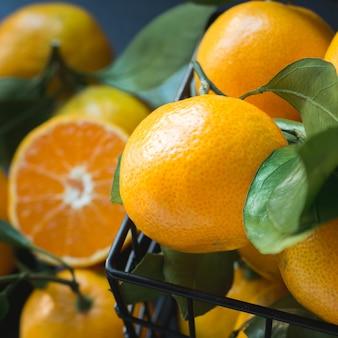 Tangerinas frescas com folhas. alimentação saudável . fechar-se.