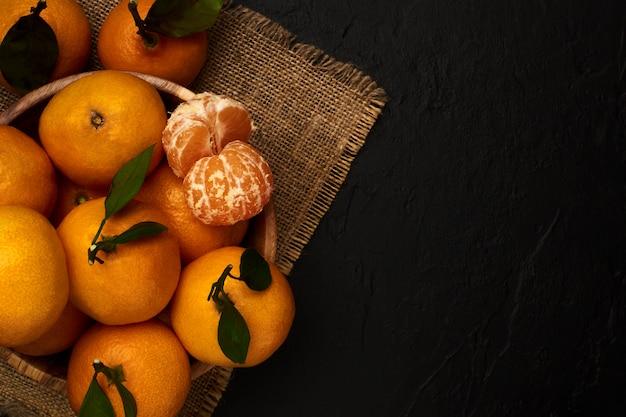 Tangerinas frescas com folhas de saco