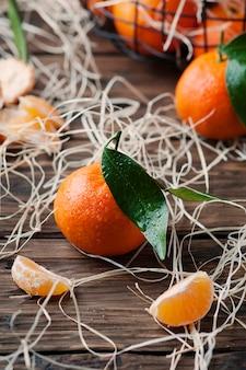 Tangerinas frescas doces na mesa vintage
