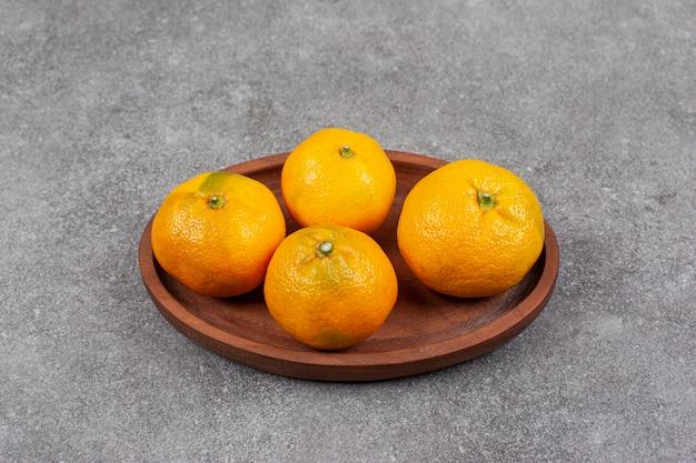 Tangerinas frescas e doces em uma mesa de cozinha de madeira