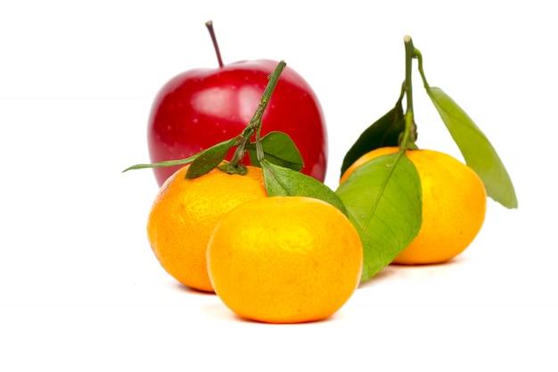 Tangerinas frescas e frutas de maçã no fundo branco