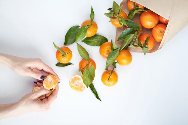 Tangerinas frescas laranja com folhas verdes