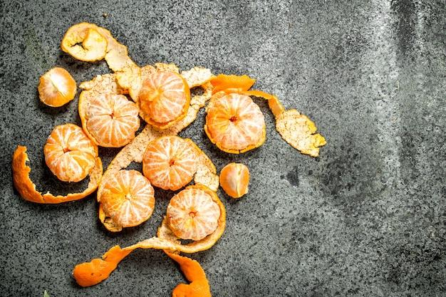 Tangerinas frescas maduras em um fundo rústico