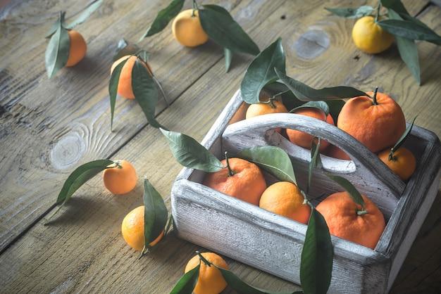 Tangerinas frescas na caixa de madeira