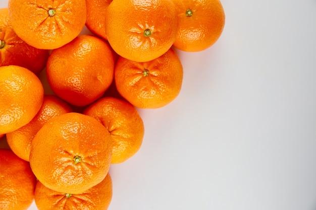 Tangerinas inteiras maduras ou tangerinas em fundo branco.