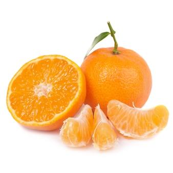 Tangerinas laranja com folha verde isoladas no fundo branco