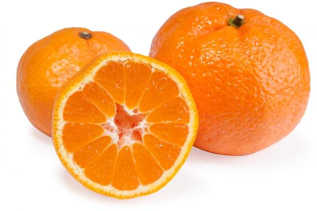 Tangerinas laranja e metade com sombras suaves isoladas no branco