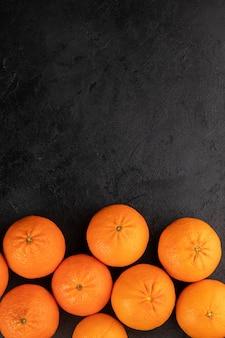 Tangerinas laranja fresco maduro suculento todo maduro em uma mesa cinza