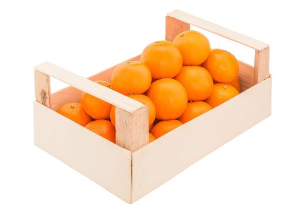 Tangerinas maduras e suculentas em uma caixa de madeira empilhadas como uma pirâmide