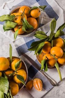 Tangerinas maduras laranja ou fruta de tangerina com folhas verdes