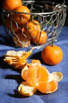 Tangerinas maduras suculentas na toalha de mesa