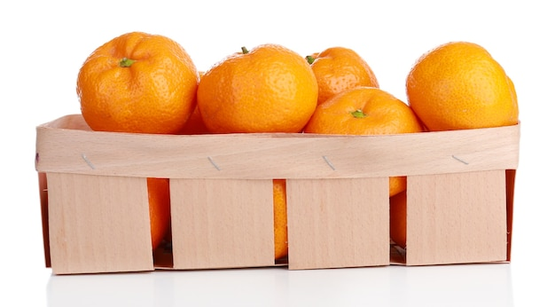 Tangerinas na cesta isoladas em branco